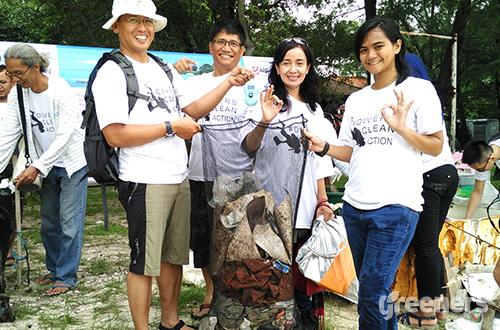 Komunitas selam Global Dive Indonesia, Conservation Diving Club, Nautika ITB,  Miss Scuba Indonesia dan Greeners.co melakukan aksi #DiversCleanAction di Pulau Rambut dan Pulau Pramuka, Sabtu (20/02). Foto: greeners.co/Danny Kosasih