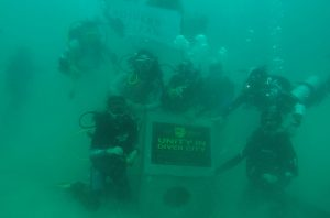 divers clean action