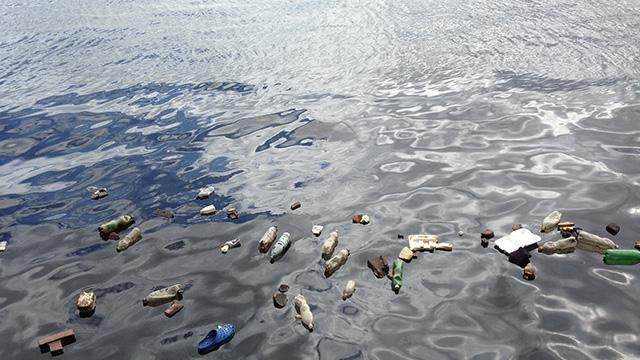 sampah di laut