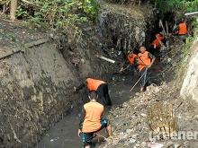Banser_Pasuruan_Libatkan_Warga_Bersihkan_Sungai_Langganan_Banjir_03