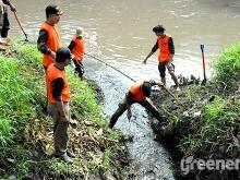 Banser_Pasuruan_Libatkan_Warga_Bersihkan_Sungai_Langganan_Banjir_05