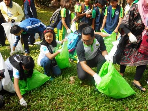 Walikota Bandung, Ridwan Kamil, bersama dengan pelajar melakukan Gerakan Pungut Sampah.