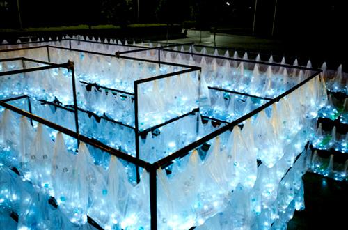 Para seniman yang tergabung dalam Luzinterruptus menyusun 6.000 botol plastik bekas menjadi sebuah labirin.