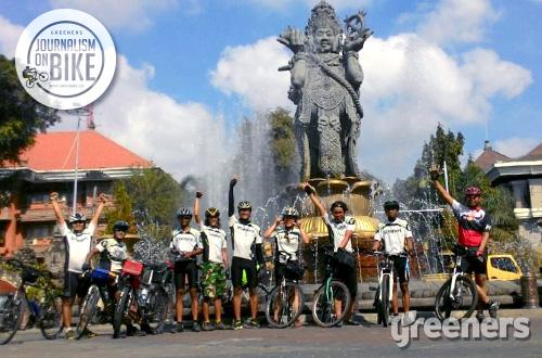 Meluapkan kegembiraan di dekat kantor Walikota Bali, Denpasar. Foto: greeners.co