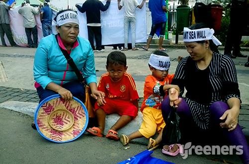 Lasma Sijabat (kiri) tengah memperjuangkan nasibnya. Foto: greeners.co/Danny Kosasih
