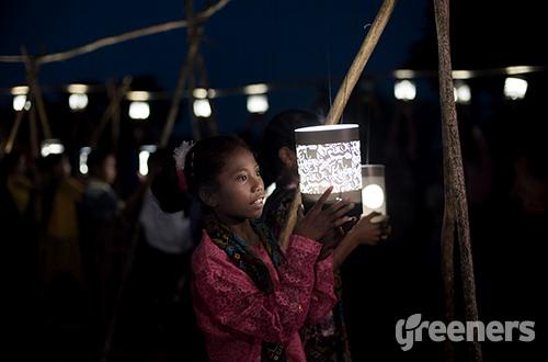 Panasonic mendonasikan 1.020 lampu bertenaga matahari untuk beberapa daerah di Indonesia yang minim penerangan dan listrik. Donasi ini merupakan bagian dalam '100 Thousand Solar Lanterns Project'. Foto: dok. Panasonic