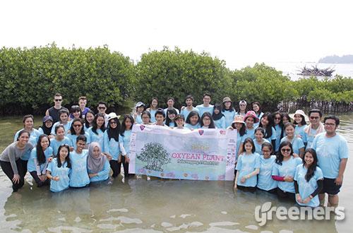 """Peserta kegiatan OXYEAN Plant """"Sea Coral and Mangrove Planting"""" berfoto bersama usai menanam mangrove dan koral di pesisir Pulau Panggang, Kepulauan Seribu, DKI Jakarta pada Sabtu (21/03) lalu. Foto: dok. LSPR 4C"""
