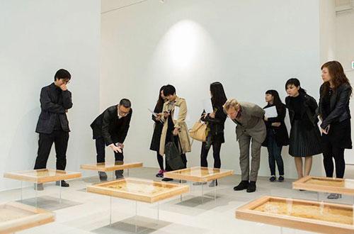 Pengunjung menyaksikan karya Ren Ri di Galeri Hong Kong Pearl Lam Soho. Foto: www.inhabitat.com
