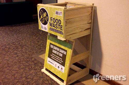 """Salah satu tempat sampah yang disediakan project """"Less Waste More Jazz"""" untuk membuang sampah sampah makanan (food waste) dari pengunjung. Proyek ini diselenggarakan selama berlangsungnya Java Jazz Festival 2015, tanggal 6-8 Marte 2015. Foto: greeners.co/Danny Kosasih"""