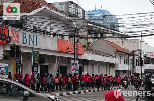 "Peserta ""Bandung Historical Study Games"" tengah menyusuri Jalan Braga, Bandung. Selain permainan, kegiatan ini dimaksudkan untuk mengingat kembali sejarah diadakannya Konferensi Asia Afrika 60 tahun silam. Foto: greeners.co/Renty Hutahaean"