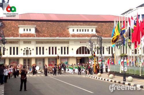 Iring-iringan rombongan kepala negara delegasi KAA ke-60 dan perwakilannya saat melakukan napak tilas di sepanjang jalan Asia Afrika, Bandung. Foto: greeners.co/Danny Kosasih