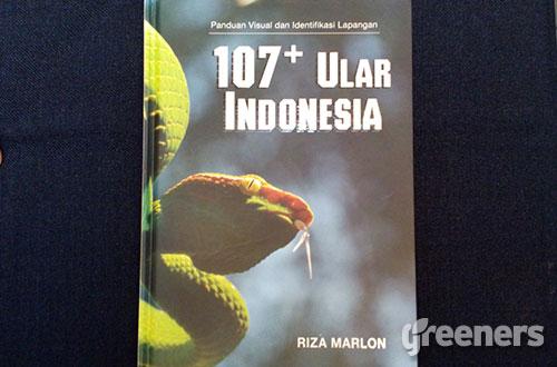 "Buku karangan Riza Marlon, ""107+ Ular Indonesia"". Foto: greeners.co/Danny Kosasih"