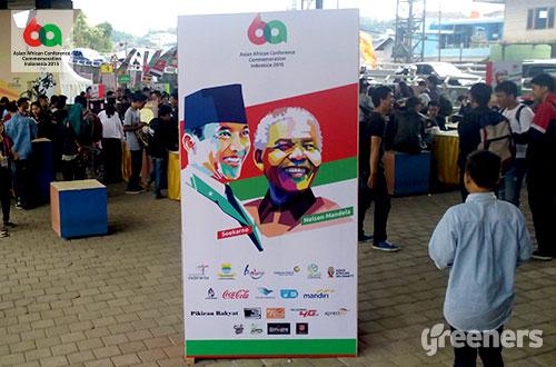 Salah satu banner Konferensi Asia Afrika ke-60 yang memperlihatkan ilustrasi wajah Soekarno dan Nelson Mandela. Foto: greeners.co
