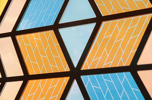 """Pola dan warna-warni """"Current Window"""" terlihat seperti kaca mozaik. Foto: Wai Ming Ng/www.inhabitat.com"""