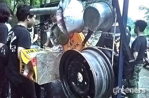 Barang-barang bekas yang dijadikan alat musik oleh Kresipah. Foto: greeners.co/Gloria Safira