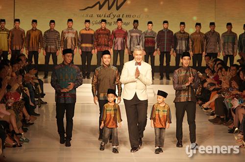 """""""Saya banyak menggunakan kain dari penjuru tanah air karena saya memiliki keinginan untuk mengangkat kain tradisional dari Indonesia."""" Musa Widyatmodjo (jas putih). Foto: greeners.co/Gloria Safira"""