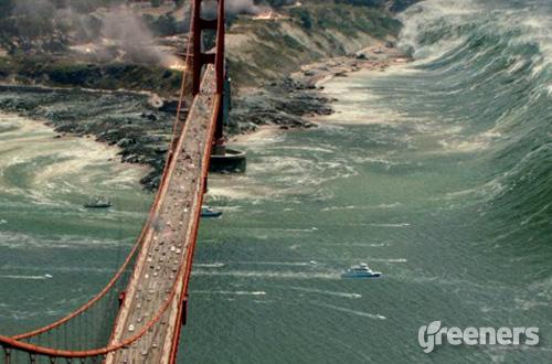 Salah satu plot dalam film San Andreas yang menggambarkan bencana tsunami tengah mengancam penduduk kota dan bersiap menghancurkan jembatan Golden Gate di San Fransisco. Poster: Warner Bros