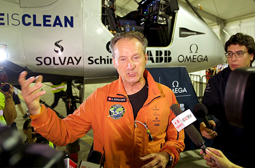 Pilot pesawat Solar Impulse 2 Andre Borschberg sedang menjawab pertanyaan wartawan di Bandara Internasional Lukou, Nanjing, Tiongkok pada Minggu (31/05/2015). Foto: Feature China/ Barcroft Media/www.theguardian.com