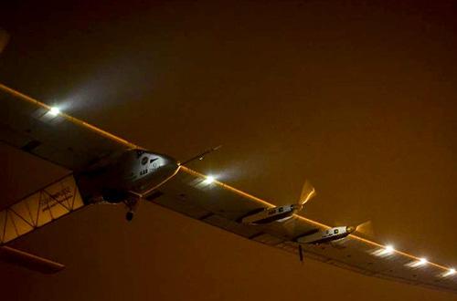 Penampilan Solar Impulse 2 pada malam hari. Foto: www.solarimpulse.com