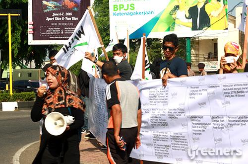 Sebanyak 35 aktivis yang terdiri dari Eksekutif WALHI Aceh dan Sahabat WALHI mengadakan aksi kampanye lingkungan di Bundaran Simpang 5 Banda Aceh, Jumat (05/06/2015). Foto: dok. Walhi Aceh