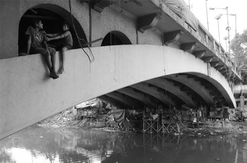 """Families are living under the bridge"" karya fotografer amatir Bhar Dipayan memenangi Atkins CIWEM Young Environmental Photographer of the Year 2015. Foto: Bhar Dipayan/CIWEM Environmental Photographer of the Year"