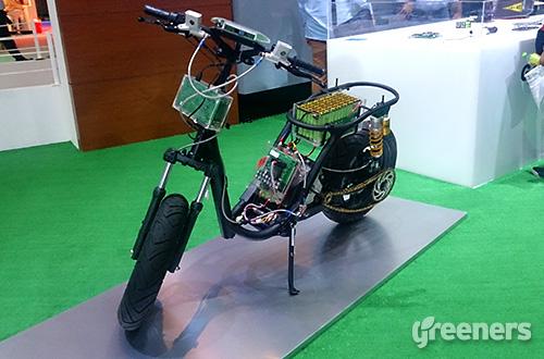 Purwarupa sepeda motor listrk buatan ITS yang dipamerkan dalam IIMS 2015 di JIExpo, Kemayoran, Jakarta Utara. Foto: greeners.co/Syaiful Rochman