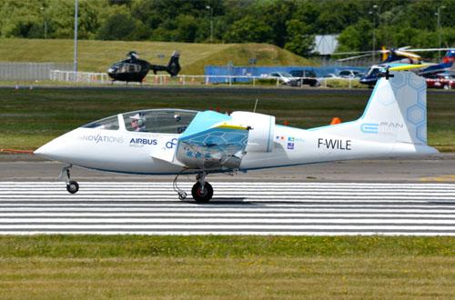 Purwa rupa pesawat bertenaga listrik Airbus E-Fan berhasil diterbangkan oleh pilot Didier Esteyne dari Inggris menuju Perancis. Foto: inhabitat.com