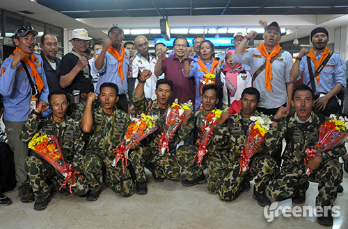 Menteri Koordinator bidang Kemaritiman Rizal Ramli berfoto bersama pendaki tuna daksa Sabar Gorky dan Tim Ekspedisi Marinir Rakyat Merdeka (TEMRM). Foto: dok. Kemenko Maritim