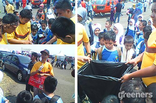 Edukator sedang memberikan edukasi sampah kepada siswa-siswi sekolah. Foto: greeners.co