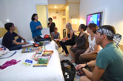 Tim Ekspedisi Sumba mempersiapkan alat tulis, buku, dan tas sekolah sumbangan dari para donatur untuk anak-anak sekolah di Sumba. Foto: dok. Ekspedisi Sumba 2015