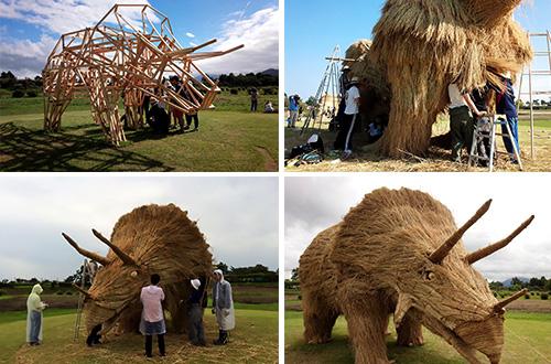 Sebelum membuat patung jemari, diperlukan rangka kayu untuk membentuk patung dan untuk mengikat batang jerami. Foto: Wara Art Festival facebook/inhabitat.com