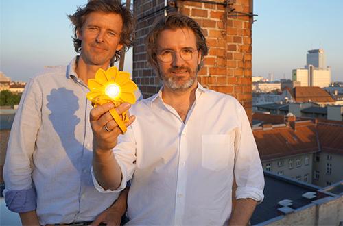 (kiri ke kanan) Frederik Ottesen dan Olafur Eliasson memamerkan lampu tenaga surya Little Sun. Foto: Little Sun Charge/inhabitat.com