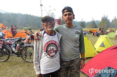 (kiri ke kanan) Dadang Mardiyanto dan Feri. Foto: greeners.co/Teuku Wildan
