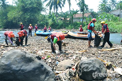 Aksi membersihkan sampah di sepanjang bantaran kali Ciliwung oleh KCD. Foto: dok. KCD
