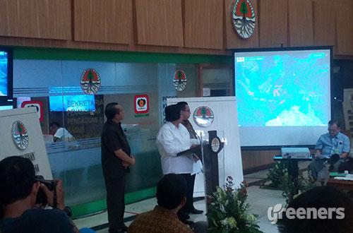 Menteri Lingkungan Hidup dan Kehutanan Siti Nurbaya Bakar (kemeja putih) memberikan pernyataan pers terkait proses pemadaman kebakaran hutan dan lahan di gedung KLHK, Senin (19/10). Foto: greeners.co/Danny Kosasih