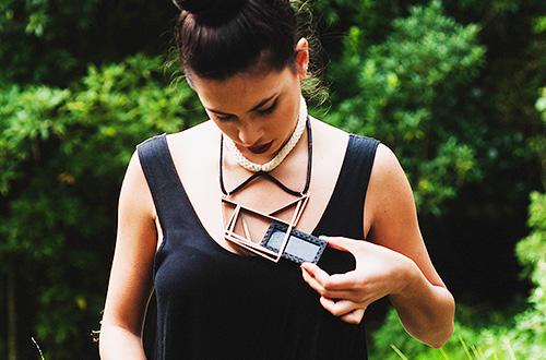 Panel surya pada kalung SOL dapat ditukar pakai pada perhiasan SOL lainnya. Foto: XUXU/inhabitat.com