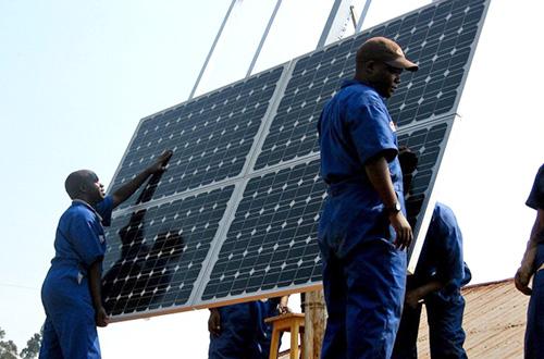 Proyek pembangkit listrik tenaga surya di Rwanda. Foto: Sameer Halai/SunFunder/Gigawatt Global