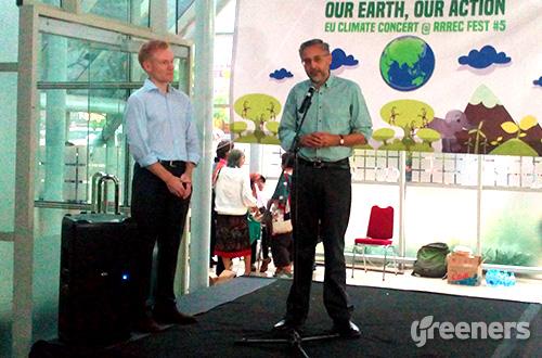 (kiri ke kanan) Duta Besar Uni Eropa (UE) untuk Indonesia Vincent Guerend dan Duta Besar Inggris untuk Indonesia Moazzam Malik saat menghadiri konser perubahan iklim di Rumah Kaca, Taman Menteng, Jakarta, Minggu (06/12). Foto: greeners.co/Danny Kosasih
