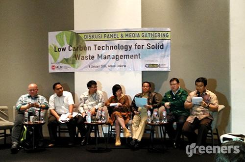 """Diskusi panel bertajuk """"Low Carbon Technology for Solid Waste Management"""" membahas masalah persampahan dan penanganan sampah yang ramah lingkungan. Diskusi diadakan di Jakarta (06/01). Foto: greeners.co/Danny Kosasih"""