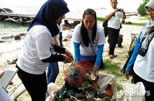 Hampir 100 kilo sampah berhasil dibersihkan di laut sekitar Pulau Rambut melalui aksi #DiversCleanAction, Sabtu (20/02). Foto: greeners.co/Danny Kosasih