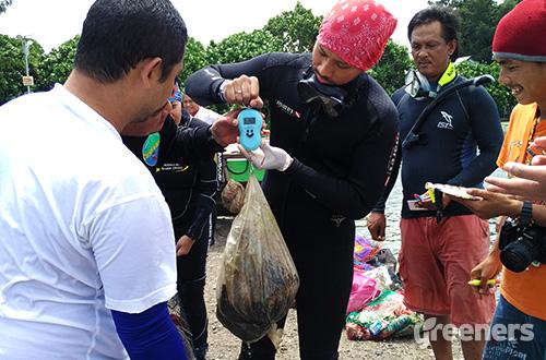 Sebanyak 64,025 kilogram sampah berhasil diangkat dari dasar perairan Pulau Pramuka, Kepulauan Seribu. Aksi ini mengambil momentum Hari Peduli Sampah Nasional. Foto: greeners.co/Danny Kosasih