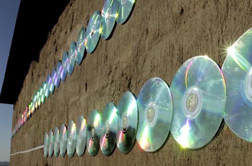 Kepingan CD bekas memantulkan cahaya matahari dan menghasilkan spektrum warna yang indah. Foto: r1/inhabitat.com