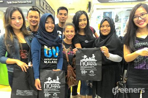 Aksi razia kantong plastik di salah satu pusat perbelanjaan terbesar di kota Malang oleh Earth Hour Malang dan komunitas Parimaya, Minggu (13/03/2016). Foto: greeners.co/HI
