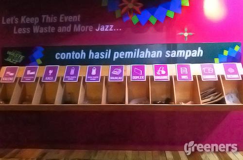 "Dalam program ""Less Waste More Jazz"", sampah yang dikumpulkan selama tiga hari pelaksanaan Java Jazz Festival 2016 dipilah menjadi 13 kategori sampah sebelum diserahkan kepada pengepul. Foto: greeners.co/Teuku Wildan"