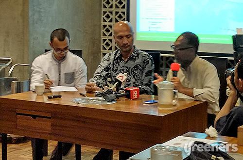 (Kiri-kanan) Juru kampanye hutan Greenpeace Indonesia Teguh Surya, Kepala Greenpeace Indonesia Longgena Ginting, dan mantan Wakil Ketua Komisi Pemberantasan Korupsi (KPK) Bambang Widjojanto. Foto: greeners.co/Danny Kosasih