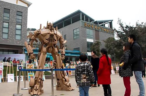 Robot Optimus Prime hadiah Tahun Baru Cina karya Xu Ou untuk anaknya sempat dipajang di taman kota oleh pemerintah setempat. Foto: CXNEWS/inhabitat.com