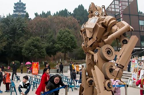 Xu Ou membutuhkan 1.000 kg kardus bekas untuk membuat replika robot Optimus Prime setinggi 2,8 meter. Foto: CXNEWS/inhabitat.com