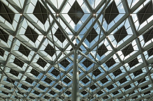 Atap kaca pada stasiun kereta api Den Haag Centraal memungkinkan sinar matahari dapat menerangi ruangan di dalam stasiun. Foto: Jannes Linders/inhabitat.com