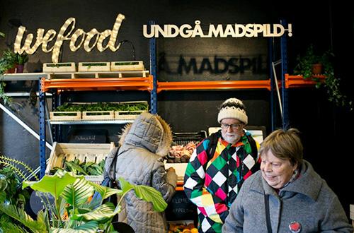 Makanan yang dijual di WeFood didapat dari hasil donasi supermarket besar. Supermarket WeFood sendiri awalnya merupakan proyek non-profit lokal yang telah dijalankan sejak tahun 2015 lalu. Foto: WeFood/inhabitat.com