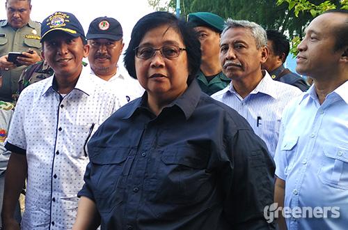 Menteri Lingkungan Hidup dan Kehutanan Siti Nurbaya Bakar melakukan kunjungan ke beberapa pulau di Kepulauan Seribu. Foto: greeners.co/Danny Kosasih